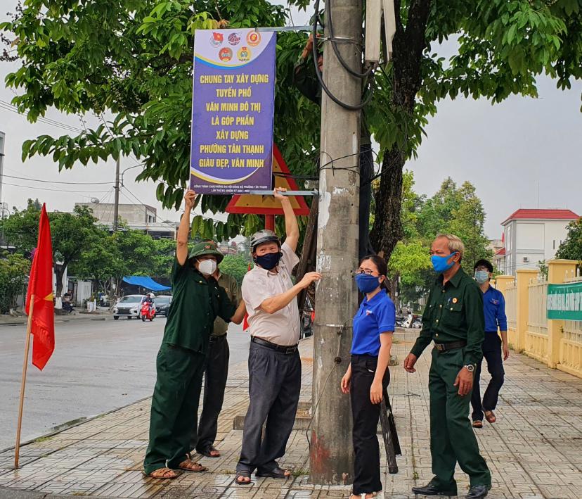 Phường Tân Thạnh gắn biển tuyên truyền xây dựng tuyến phố văn minh đô thị