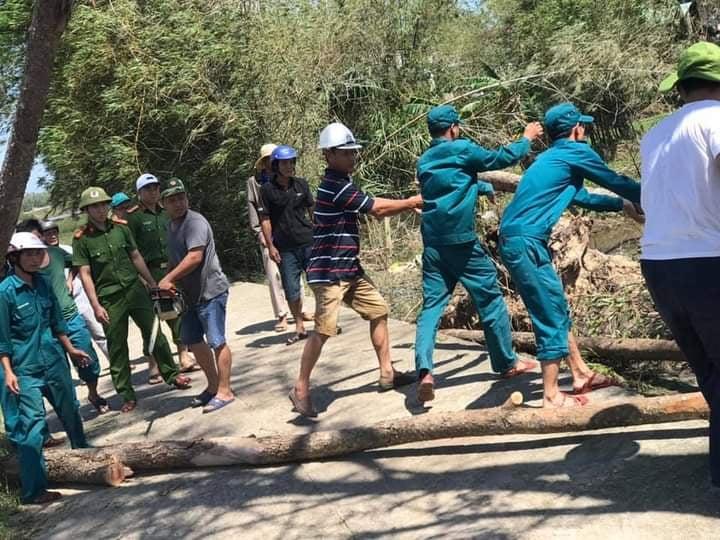 LLVT phường Tân Thạnh tập trung giúp nhân dân khắc phục hậu quả do bão số 9 (Molave) gây ra trên địa bàn phường.