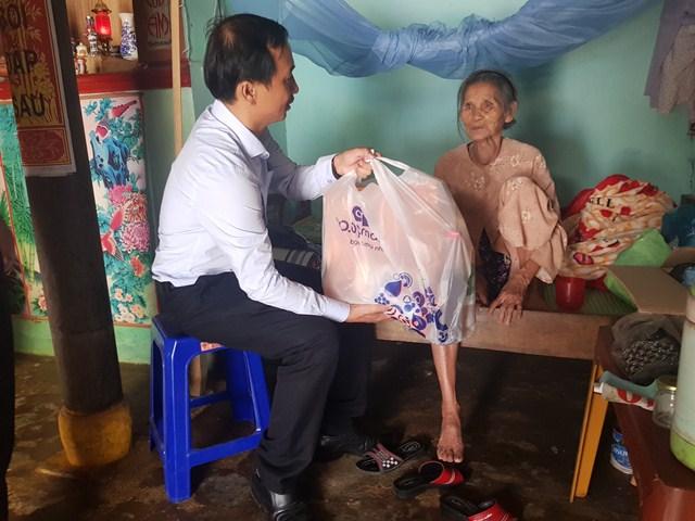 Ông: Nguyễn Hồng Lai - PCT thành phố tặng quà cho các cụ ôm đau, bệnh tật